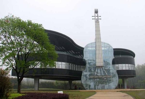 مبني البيانو والكمان