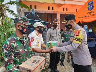 Beri Suplemen kepada Personel Penjaga Posko Perbatasan, Kapolres : Jaga Kesehatan dan Kebersihan Posko