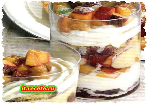 Bicchiere di frutta, crema e panna