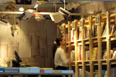 Senhora olhando para uma prateleira de livros