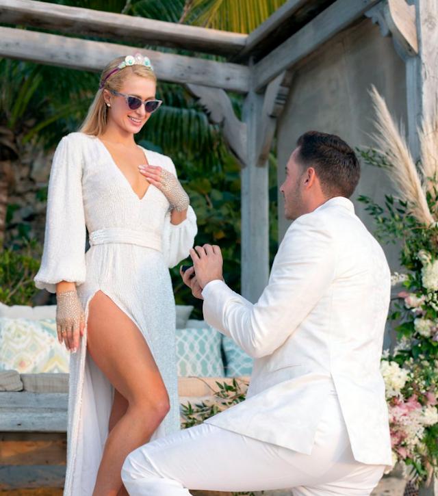 Paris Hilton se comprometió en una isla privada