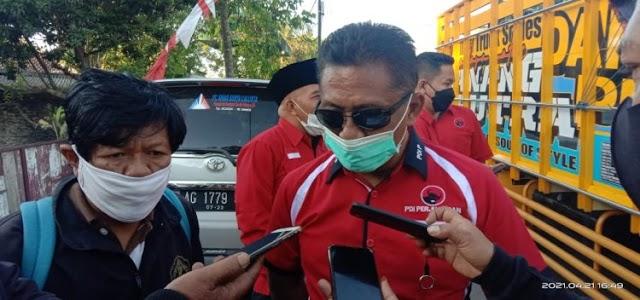 Ketua DPC PDIP Kab. Blitar Marhenis UW.        Berikan Bantuan Kepada Masyarakat Terdampak Gempa di Kab. Blitarp Tepat di Hari Kartini,