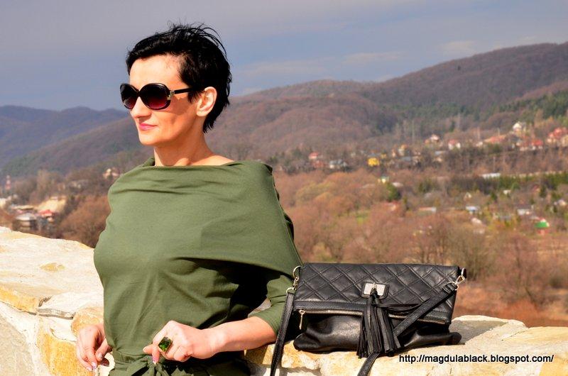 Sukienka oversize z odkrytymi ramionami w kolorze wojskowej zieleni :)