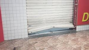 Homem quebra porta e invade farmácia no Centro para roubar chocolate