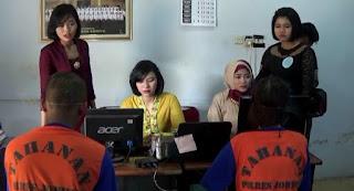 Unit PPA Polres Jombang Rilis Kasus dengan Berbusana Ala Kartini