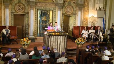 El cantor Azi Schwartz canta Adon Olam con la melodía de 'You'll Be Back' (Hamilton) de Lin-Manuel Miranda. En el Bat Mitzvah de Zoe Cosgrove en la Sinagoga de Park Avenue.