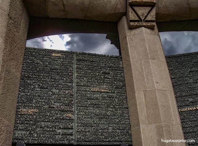 Porta da Caridade, na Fachada da Natividade da Sagrada Família, em Barcelona