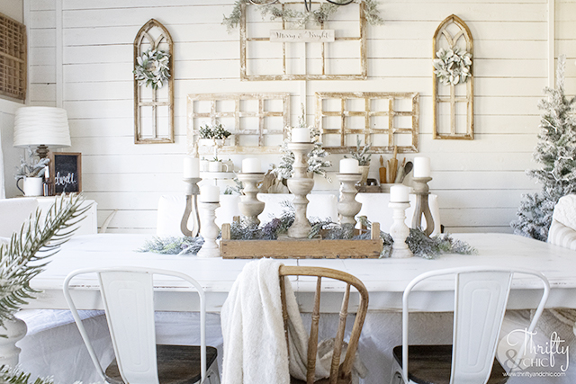 cozy christmas  dining room decor and  decorating ideas. Wood and white christmas decor. Farmhouse dining room Christmas. Christmas table setting.