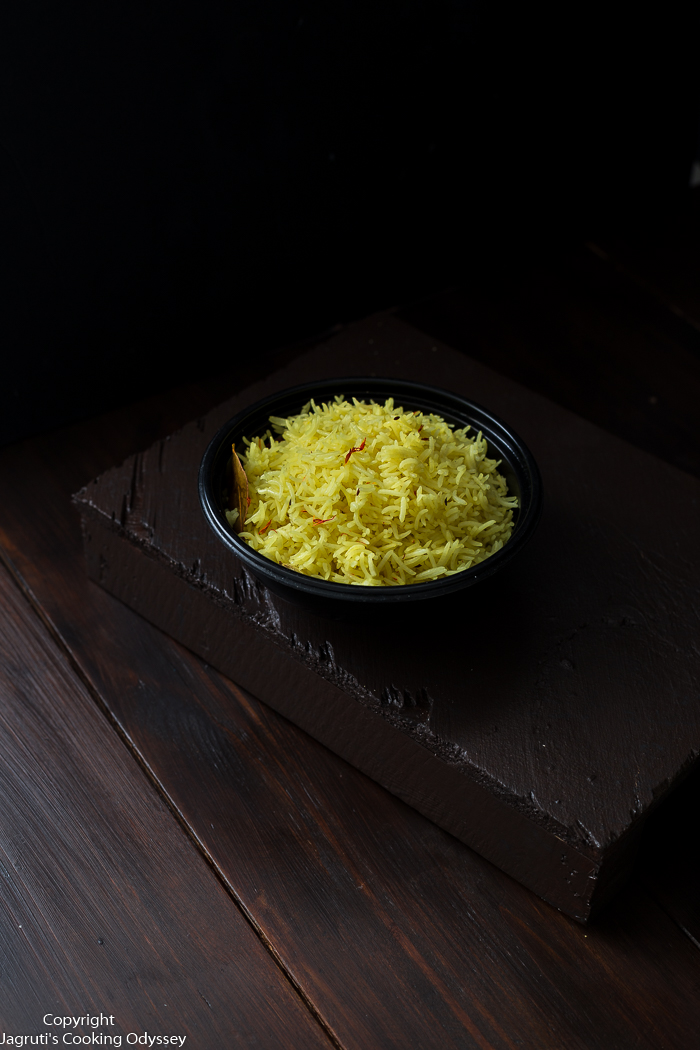 Light yellow rice Served in a black round container