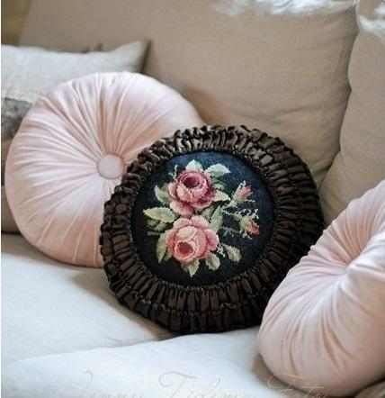 Decoração com almofadas redondas em capitonê