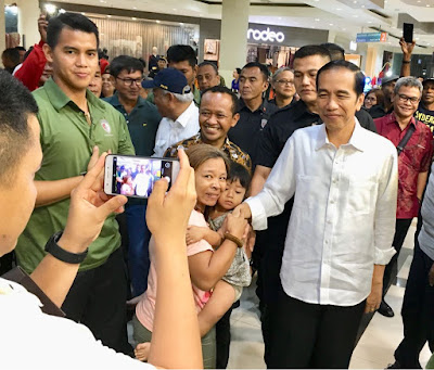 Blusukan ke Mal, Presiden Jokowi Menyapa Warga Jayapura - Info Presiden Jokowi Dan Pemerintah