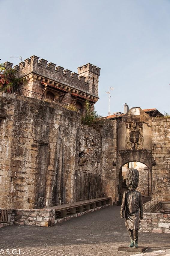 Estatua del Hachero en la puerta de Santa Maria en Hondarribia