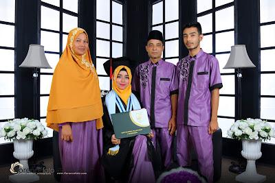 Pose foto studio saat wisuda bersama keluarga di florence pekanbaru