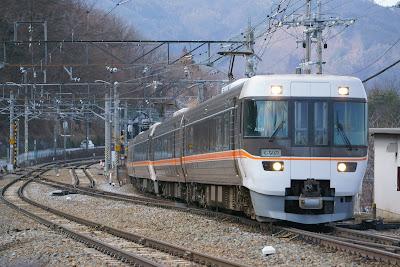 篠ノ井線姨捨駅を通過するJR東海383系しなの
