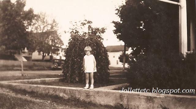 Mary Eleanor Davis at the Davis home Shenandoah VA https://jollettetc.blogspot.com