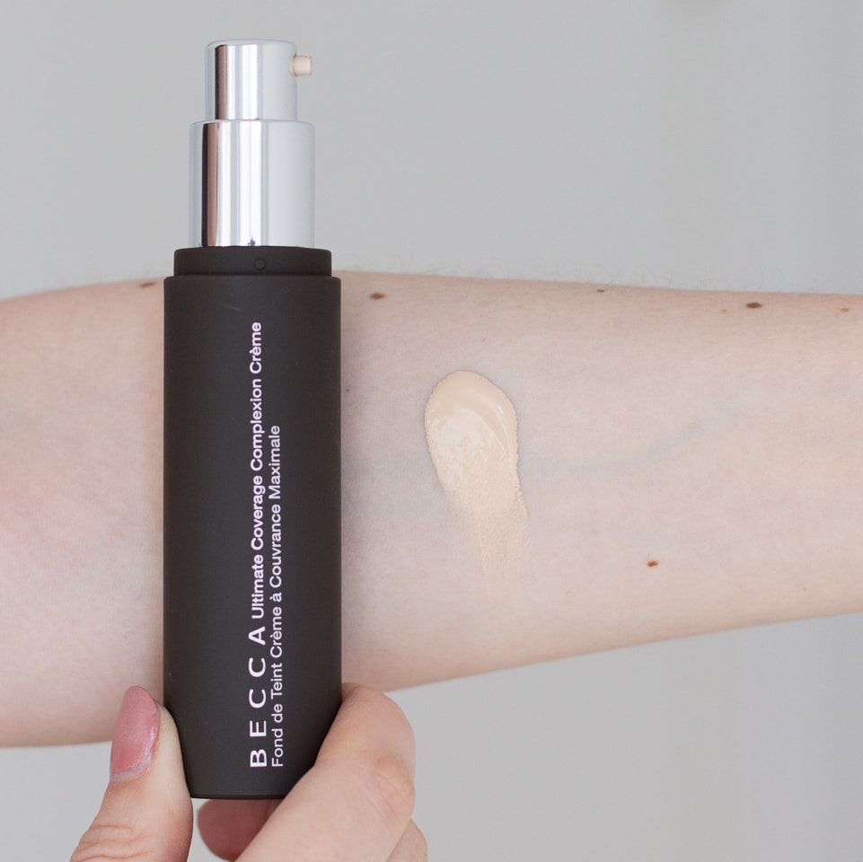 Becca Ultimate Coverage Complexion Creme Foundation in Shell Swatch auf dem Arm
