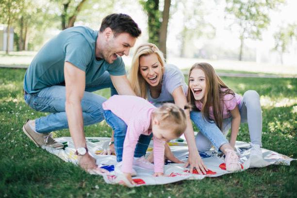 família estimulando o aprendizado e psicomotricidade com jogos