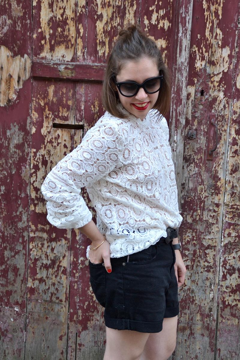 blouse blanche en dentelle Sheinside, collier See me org, clumaster, montre marbre