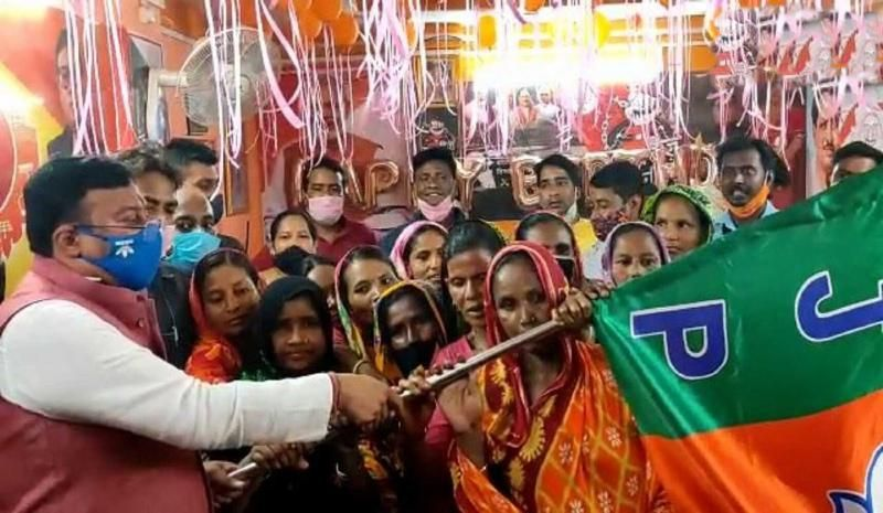 This time more than a hundred activist supporters from TMC joined the Gerua camp
