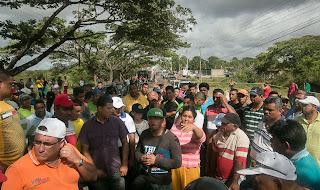 A medida que pasan las horas y se mantiene el cierre de la carretera nacional que comunica a Venezuela con Brasil el gobierno de Nicolás Maduro intenta sortear la presión de la opinión pública exigiendo rápidas respuestas a las autoridades encargadas de descifrar el misterioso acertijo en que se ha convertido la desaparición de un grupo de al menos 17 mineros en las inmediaciones de un yacimiento de oro recién descubierto en Tumeremo, en el suroriente del país. Avanzan con algunos tropiezos derivados del desconocimiento de una zona hostil y abandonada por sus dueños y por el Estado. La fiscalía y la policía científica no han podido llegar aún al predio del fundo Atenas, donde los sobrevivientes aseguran que vieron por última vez a las personas que aún no han regresado a su casa.