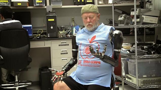 Covjek  kontrolira robotske ruke sa umom