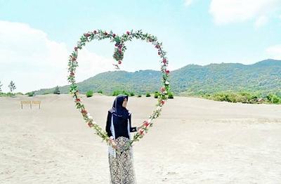 Spot motret romantis di Gumuk Pasir