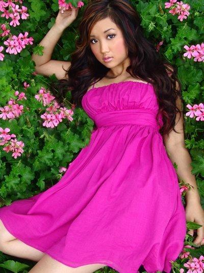 Foto de Brenda Song posando con flores
