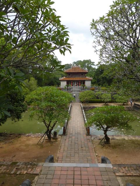 Tumba del emperador Minh Mang en Hué. Pabellón Corazón y las piscinas