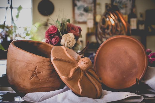 Tigela com tampa e prato de cerâmica
