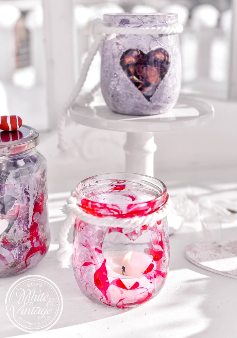 DIY Geschenkidee: Marmoriertes Glas mit Rosenblüten füllen.