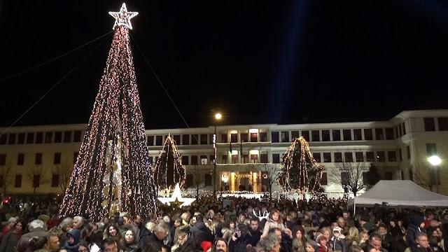 Γιάννενα: Τα Γιάννενα σε γιορτινούς ρυθμούς.. Φωταγωγήθηκε η πλατεία και το Χριστουγεννιάτικο δέντρο