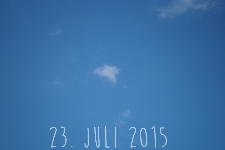 Blog + Fotografie by it's me! - knallblauer Sommerhimmel am 23. Juli 2015