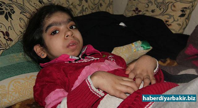 DİYARBAKIR-Suriye'de yaklaşık 6 yıldır devam eden iç savaştan dolayı 4 yıl önce Diyarbakır'a yerleşen Halepli ailenin 11 yaşındaki kızı Vefa Hemşo, yakalandığı hastalıktan dolayı tedavi edilmeyi bekliyor. Ailesi, çocuklarının tedavi edilmediği takdirde ömür boyu yatalak kalacağını söyleyerek, yardım çağrısında bulundu.