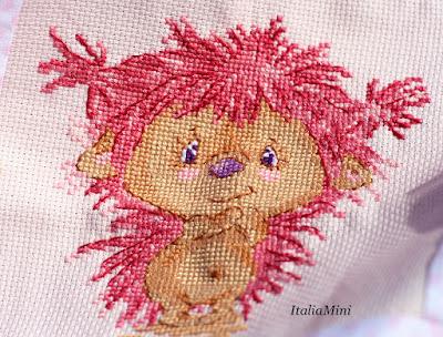 Różowy haft