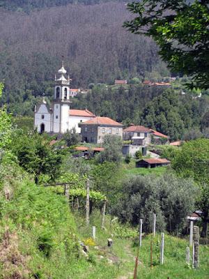 igreja e casas em meio à montanha