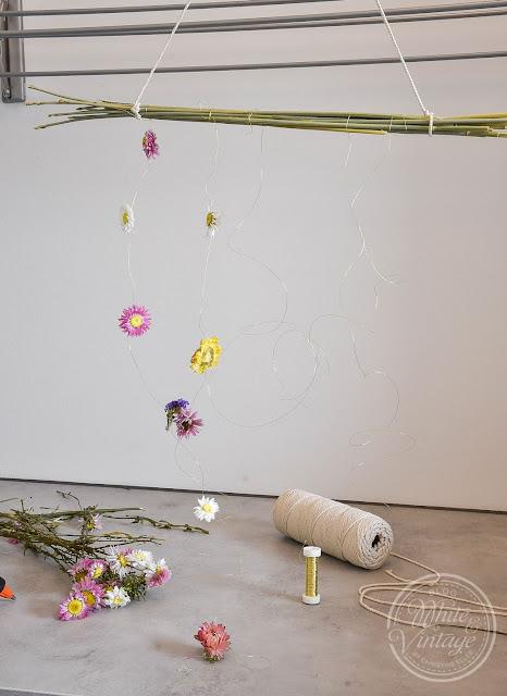 Getrocknete Blumen am Mobile aufkleben.