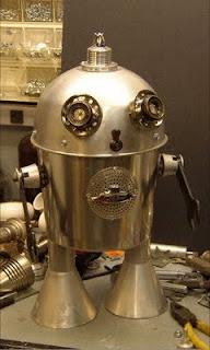 Robot hecho con material reciclado metalico