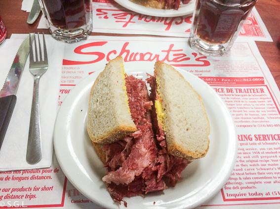 Sandwich de carne de Schwartz's. Comer en Montreal