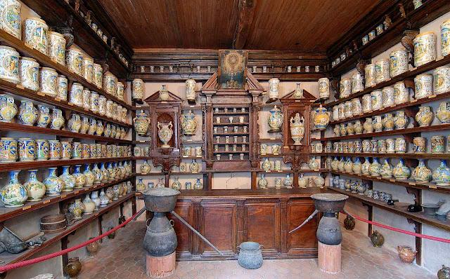 Antiga farmácia de Mastro Antonio Patanazzi, em Roccavaldina, Messina, Itália. Cada vaso continha uma substância para manipulação. Não se conhecia o lixo. Hoje é museu
