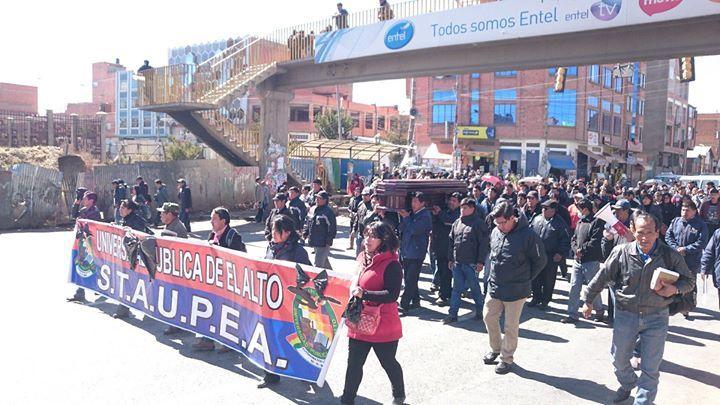 Cuerpo de Antonio Carvajal Coca fue trasladado en El Alto por sus compañeros administrativos