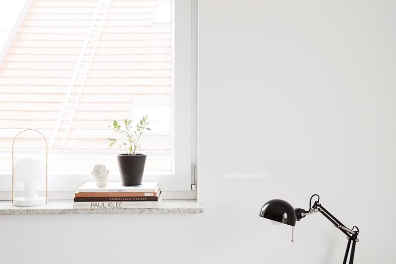Fensterbank dekorieren skandinavisch moderner Look schwarz-weiß-braun. Schlafzimmer Schreibtischleuchte Ikea, Zimmerpflanzen wohnen, einrichten günstig reduziert stilvoll. Tasteboykott Blog