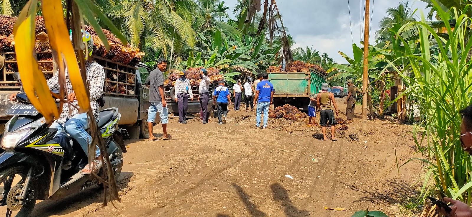 Macet, Truk Kembali Terpuruk di Jalan Provinsi di Sabak Timur