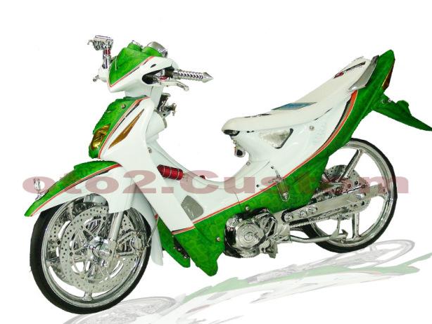 Foto Modifikasi Honda Revo dengan balutan airbrush warna putih dan hijau paduan warna yang sangat elegan menambah takometer untuk aksesorisnya serta satu pasang spion dibagian kelir yang berwarna hijau ada corak seperti gambar bunga ban diubah dengan ukuran yang kecil serta velg berukuran 17 inci jok