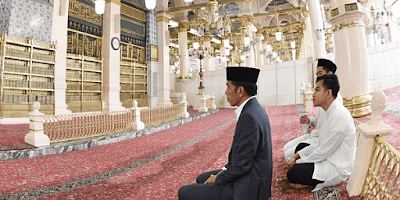 ℹ️Berita  Catat! Jokowi Tidak Pernah Memenjarakan Orang Yang Mengkritiknya      Curahan Online.Muak rasanya melihat framing kubu 02 berserta antek- anteknya, mereka dalam setiap perbedaan membuat framing tentang kekejaman pemerintahan Jokowi, lihat saja sesuai dengan Fadli Zon, lalu framing rejim korupsi oleh si Bambang Widjayanto padahal dia makan dari APBD. Bahkan framing rezim diktator dari si sengkuni.     Presiden Ri jokowi   Semuanya dilontarkan kepada Jokowi dengan beringas dan serangan tersebut bukan sekali dua kali saja tetapi sangat sering di setiap kesempatan. Kasus nenek Ratna yang ingin kembali muda, perlu melakukan operasi plastik, guna mengembat duda yang suka piara kuda, juga dinarasikan sebagai kekejaman dan represifnya pemerintahan Jokowi.    Jejak digital di mana Fahri Hamzah berbusa-busa memprovokasi masa di mana dia dinilai rezim represiflah dan lainnya, jelas berpikir betapa buruknya mereka memperlakukan Jokowi. Tapi seperti biasa Jokowi menanggapinya dengan kepala dingin khas Jokowi. Mungkin saja ketika Prabowo yang dituduh begitu sudah ngamuk- ngamuk dia pukul sana sampai sini sampai gebrak meja.    Jokowi yang apa adanya dibilang pencitraan, padahal rakyat Solo faham betul Jokowi ya seperti itu apa adanya. Justru karena Jokowi yang apa adanya jujur dan sederhana itu malah membuat panas para pembencinya.    Lima tahun terakhir kalau kita perhatikan didunia maya berseliweran makian dan hinaan kepada Jokowi padahal sebagai Presiden wibawanya dilindungi oleh Undang- undang karena Presiden adalah lambang negara. Jadi tidak boleh orang menghina dan mencaci Presidennya seenak udelnya sendiri, semua ada aturannya.     Nah masalahnya adalah para kubu pembenci Jokowi, sebut saja antek orde baru, para tuan tanah, pengusaha korup, pejabat korup dan ormas anti Pancasila yang sudah dilarang (HTI) mereka bersatu dan membuat narasi seolah- olah Jokowi anti kritik.    Cukuplah sudah ayo buka data semuanya, kapan dan dimana ada pengkritik Jokowi yang ditangka
