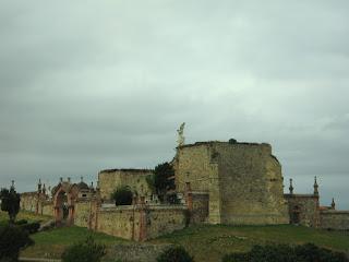 Exterior del cementerio de Comillas, Cantabria