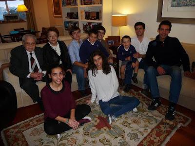 Joaquim y Rosa María con sus ocho nietos