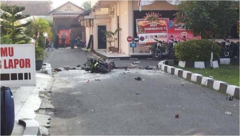 Bom bunuh diri ini juga melukai seorang polisi