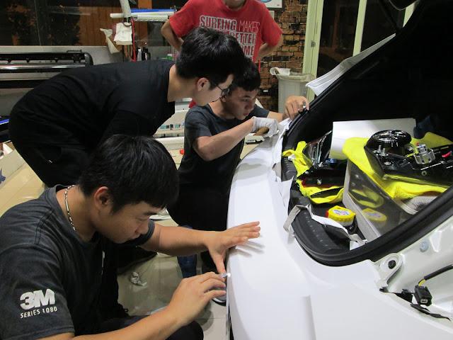 全車包膜改色使用針對車貼開發的3M系列、 大圖輸出更是採用最高等級的3M配合原廠墨水使用。 本店施工技師皆受過專業培訓,並取得3M施工認證,  對於材料特性配合各種施作品有豐富的經驗, 使用齊全的專業工具更能保障施工的細膩完整度