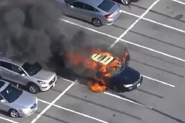 Carro pega fogo após homem acender cigarro com álcool em gel nas mãos