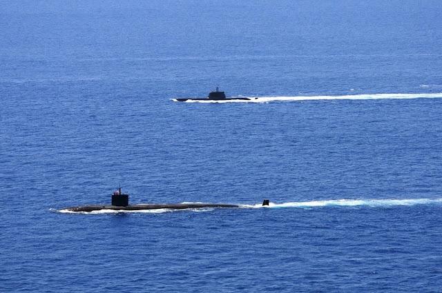 El submarino de propulsión AIP de la Marina portuguesa NRP Tridente (fondo) y el submarino nuclear de ataque de la Marina estadounidense USS Alexandria en una operación conjunta.